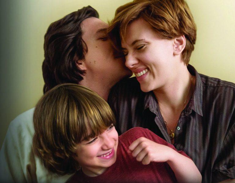 Uma família feliz, aparentemente, interagindo e demonstrando afeto