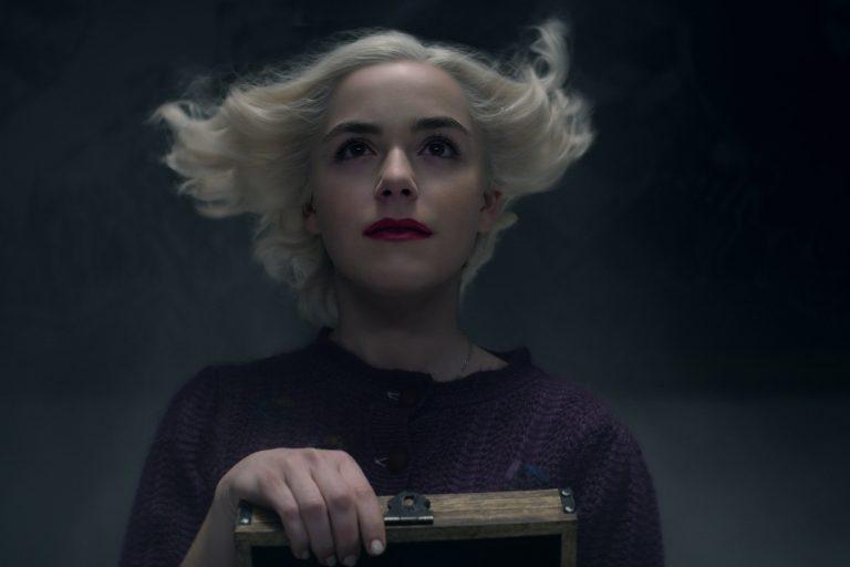 Sabrina Spellman em imagem promocional da última temporada de O Mundo Sombrio de Sabrina