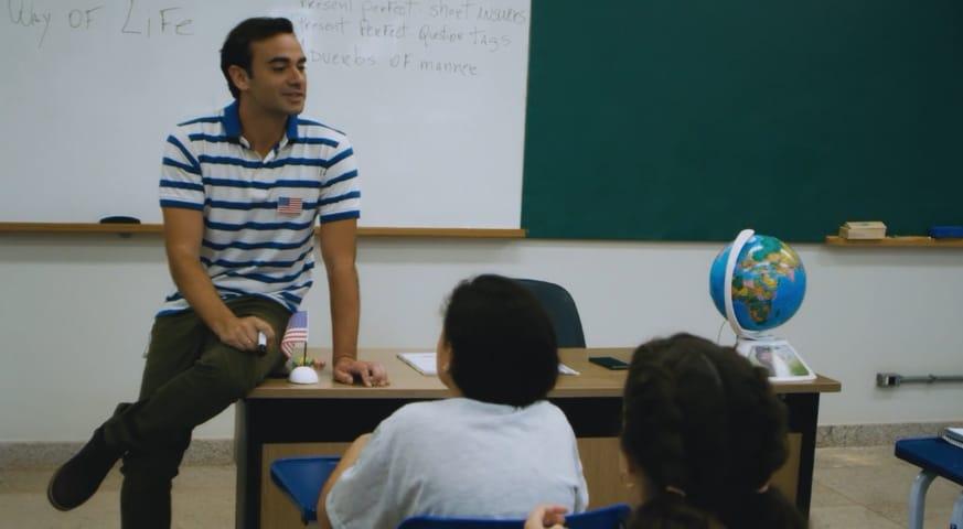 Professor dando aula aos seus alunos na sala de aula