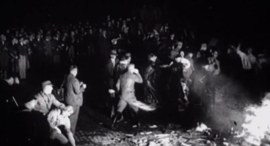 Imagem em preto e banco, mostra a queima de livros na Alemanha Nazista