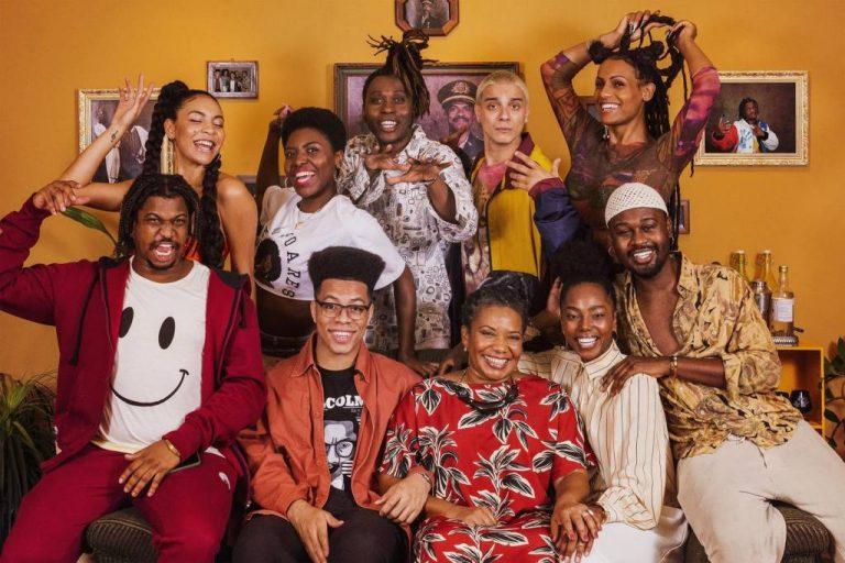 Grupo de artistas negros reunidos na foto promocional da série original do Wolo TV, A Casa da Vó