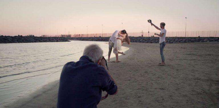 Casal tirando fotos na praia