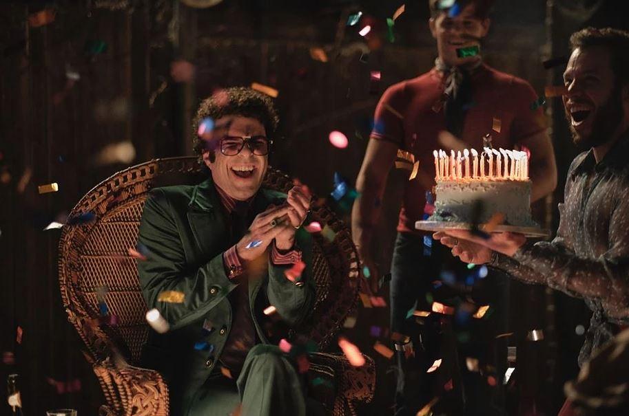 Harold (Zachary Quinto) comemorando seu aniversário