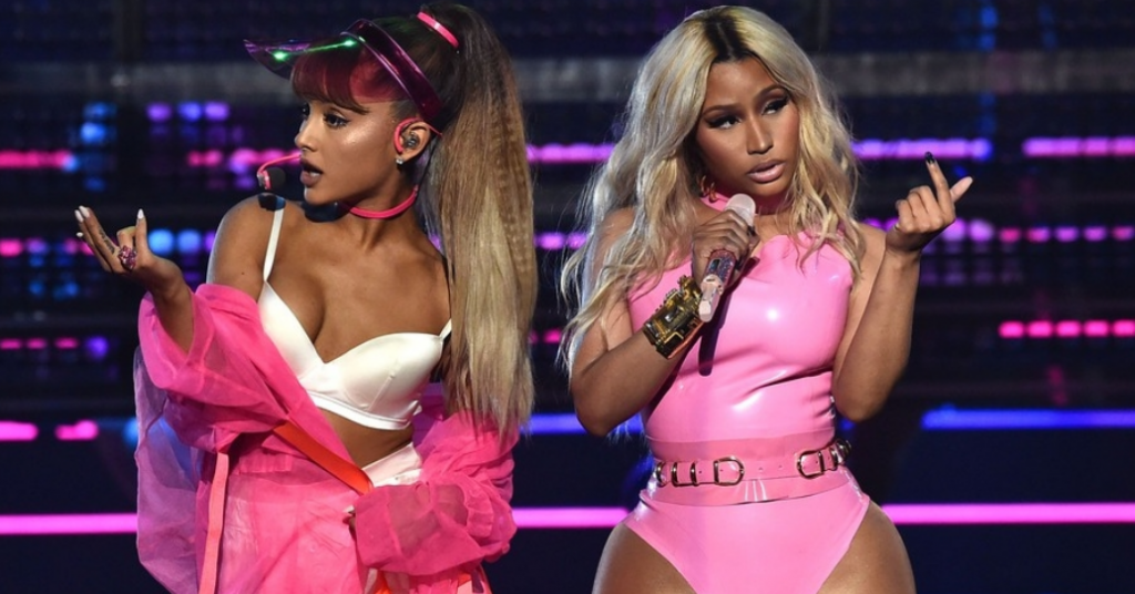 Ariana Grande ao lado de Nicki Minaj ambas cantando