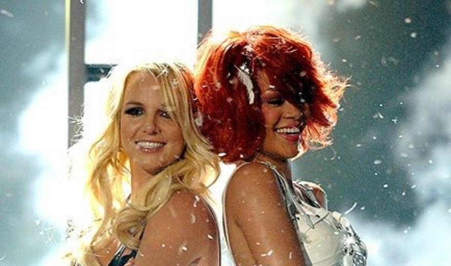 Britney Spears e Rihanna sorrindo ombro a ombro