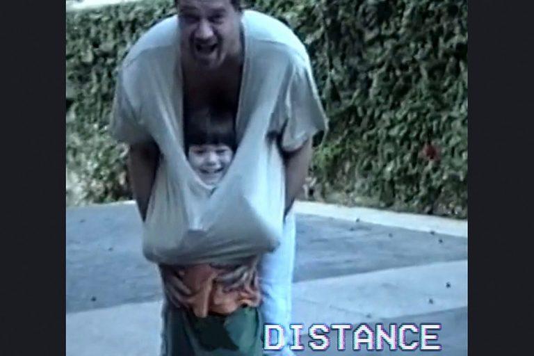 Cena do clipe Distance