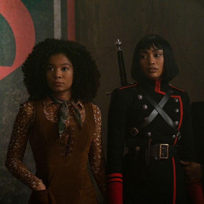 As personagens Roz e Prudence olhando para frente