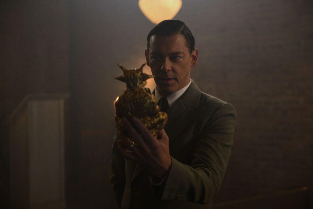 Padre Blackwood segurando um estatua de ouro
