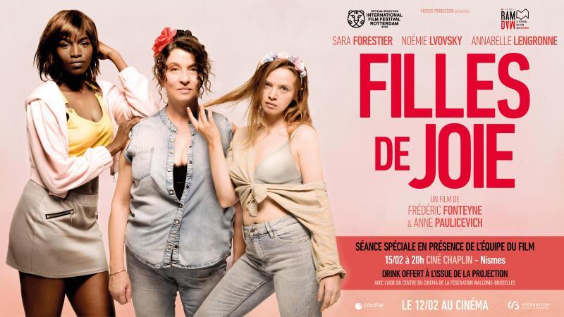 """Poster de """"Filhas da alegria"""", com as personagens principais de pé uma ao lado da outra. Da esquerda para a direita: Conso, Dominique e Axelle"""