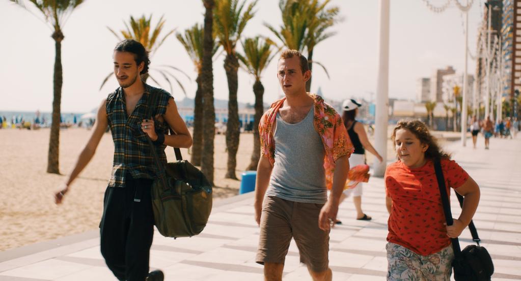 """Cena do filme """"Crianças"""", de Christopher Blanc, no My French Film Festival, mostrando um irmão cuidando do outro"""
