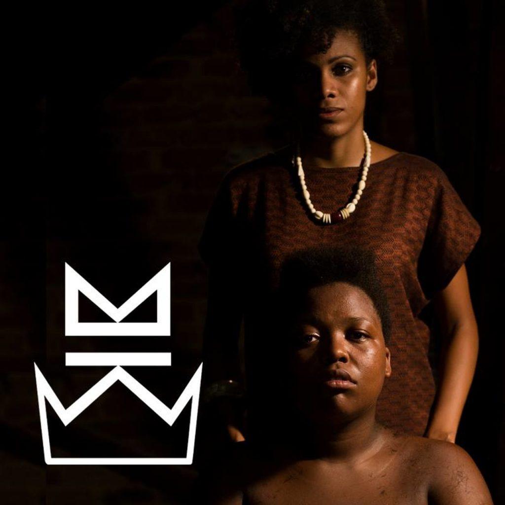 Duas mulheres pretas, uma sentada e outra em pé no curta KBELA