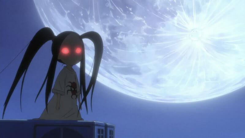 A imagem mostra a garotinha aranha em frente à lua encarando a câmera com olhos vermelhos em Li'l Spider Girl