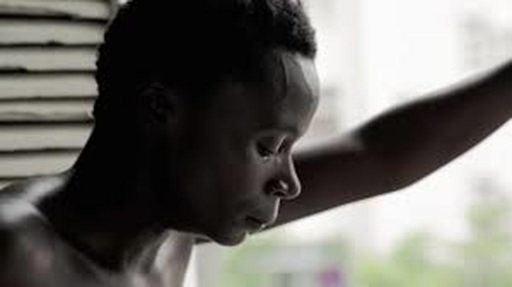 Mulher preta com um semblante triste em KBELA
