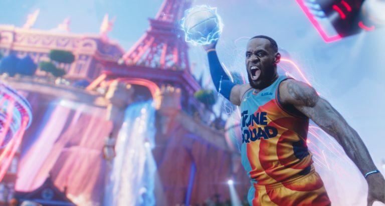 O jogador de basquete LeBron James no filme Space Jam. Otageek