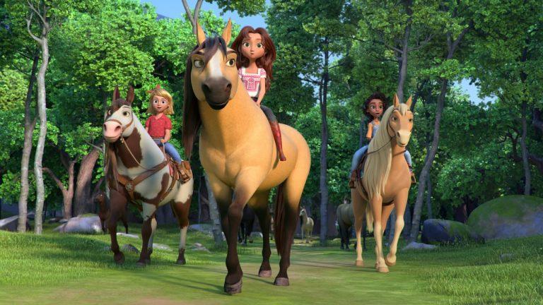 Grupo de crianças, e seus cavalos em uma floresta